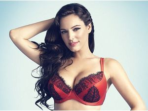 Mode : Kelly Brook : la bombe atomique se déshabille pour New Look !