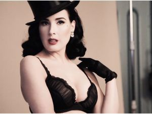 Dita Von Teese, burlesque et sexy en ensemble Sheer Witchery