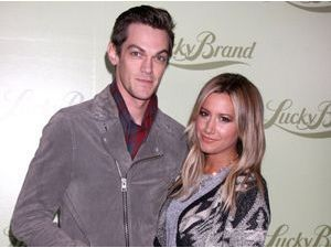 Ashley Tisdale : mariée en secret à Christopher French elle dévoile une première photo de sa robe !