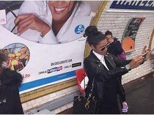 Ayem Nour : dans le métro parisien pour réaliser un selfie... avec elle-même !