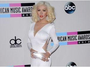 Photos : American Music Awards 2013 : Christina Aguilera : look rétro et silhouette toujours plus fine sur le red carpet !