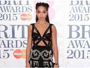 Brit Awards 2015 : FKA Twigs : en solo sur le tapis rouge, Robert Pattinson la rejoint pour l'after-party !